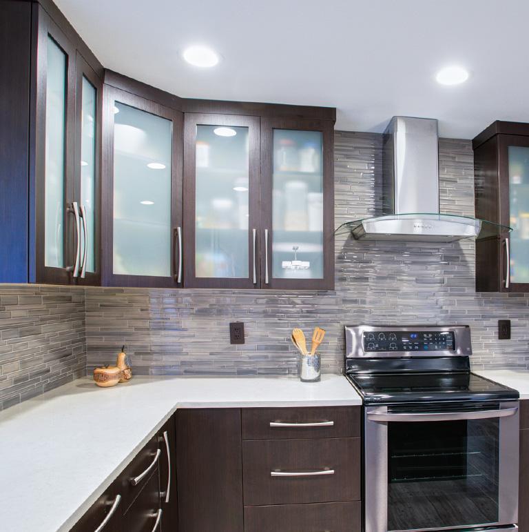 kuchnia z wiszącymi szafkami kuchennymi ze szklanymi frontami